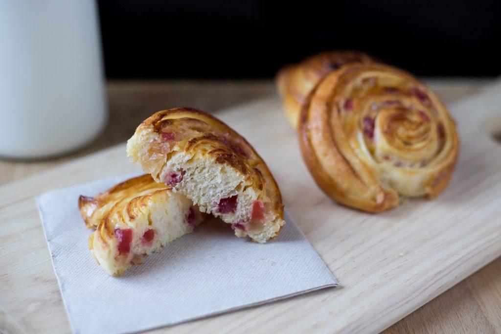Caracolas de crema con fruta confitada